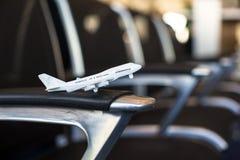 Liten flygplanmodell inom ett stort flygplan Arkivfoto