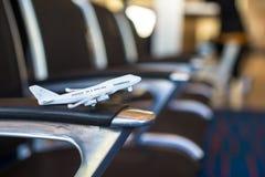Liten flygplanmodell inom ett stort flygplan Royaltyfria Bilder