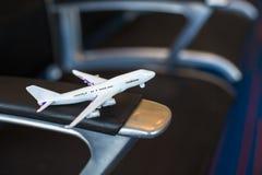 Liten flygplanmodell inom ett stort flygplan Arkivbild