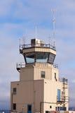 Liten flygtrafik kontrollerar står hög stora glass fönster Royaltyfri Bild