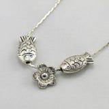 liten formad silver för fisk halsband royaltyfria bilder