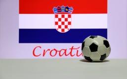 Liten fotboll på det vita golvet och kroatnationen sjunker med texten av Kroatienbakgrund fotografering för bildbyråer