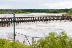 Liten fördämning på floden Arkivfoton