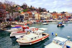 Liten färgrik hamn i den Istanbul staden, Turkiet Royaltyfria Foton