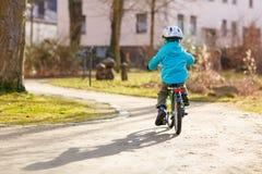 Liten förskole- ungepojkeridning med hans första gröna cykel Royaltyfri Fotografi