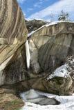 Liten fryst vattenfall i Corbii de Piatra, Arges, Rumänien Royaltyfri Fotografi