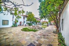 Liten fyrkant i den gamla staden Santa Barbara arkivbilder