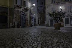 Liten fyrkant i natten fotografering för bildbyråer