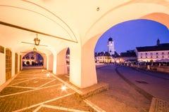 Liten fyrkant i Sibiu. arkivfoto