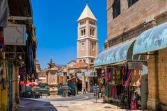 Liten fyrkant och klockstapel i gammal stad av Jerusalem Royaltyfria Foton