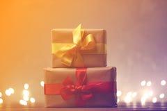 Liten gåva med felika ljus på bakgrund Royaltyfri Fotografi