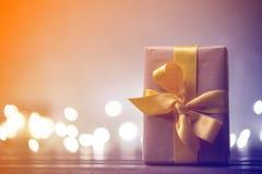 Liten gåva med felika ljus på bakgrund Arkivfoto