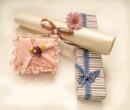 Liten gåvaask och en blomma för födelsedag Arkivfoto