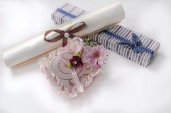 Liten gåvaask och en blomma för födelsedag Royaltyfri Foto