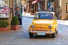 Liten gammal italiensk stadsbil Fiat 500 på gatan Royaltyfri Foto
