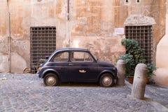 Liten gammal klassisk bil Arkivbilder