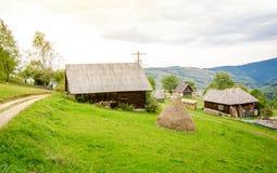 Liten gammal by på berget i Transylvania royaltyfri foto