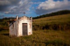 Liten gammal vitkyrka i bygden - titl-förskjutning lins arkivfoton