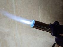 liten gasbrännaregas brand från ett rör royaltyfria foton