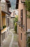Liten gata i Cannobio, Italien Arkivfoton