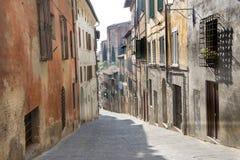 Liten gata i Siena, Italien Royaltyfria Bilder