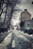 Liten gata i vinter i Montmartre, Paris, Frankrike Royaltyfri Fotografi