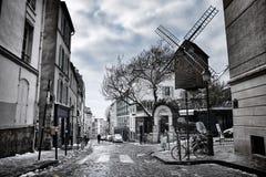 Liten gata i vinter i Montmartre, Paris, Frankrike Fotografering för Bildbyråer