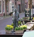 Liten gataskulptur av en man i Muiden royaltyfria foton