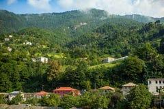 Liten georgian by i berg Fotografering för Bildbyråer