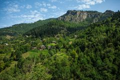 Liten georgian by i berg Royaltyfria Foton