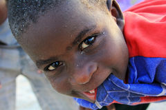Liten gladlynt afrikansk pojke Royaltyfri Bild