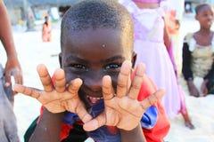 Liten gladlynt afrikansk pojke Arkivfoto