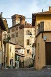 Liten gränd i den medeltida byn av Barolo royaltyfria foton