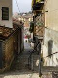 Liten gränd i den medeltida byn av Barolo royaltyfria bilder