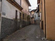 Liten gränd i den medeltida byn av Barolo arkivbild