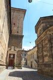 Liten gränd med Athenaeum av vetenskaper, bokstäver och konster i övrestaden Citta Alta av Bergamo royaltyfri bild