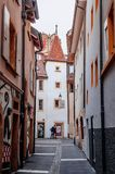 Liten gränd och gammal byggnad i den medeltida staden Neuchatel, Schweiz arkivbild