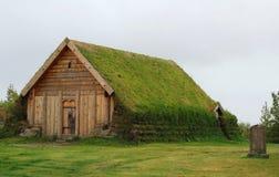 Liten gräsmarkkyrka på Skalholt i Island Royaltyfria Bilder