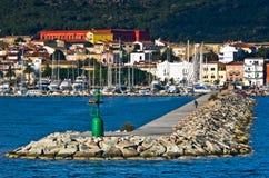 Liten grön fyr på ingången till den Carloforte hamnen på den San Pietro ön, Sardinia arkivfoto