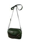 Liten grön handväska med kedjor som isoleras på vit bakgrund Arkivfoton