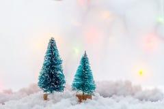 Liten grön julgran för leksak två på en träbakgrund som symbol av det nya året med stället för text, bredvid vit Arkivfoton