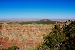 Liten grön kulle någonstans i Arizona, USA arkivbilder