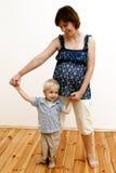liten gravid kvinna för pojke fotografering för bildbyråer