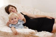liten gravid kvinna för pojke arkivbilder