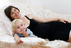 liten gravid kvinna för pojke royaltyfri foto