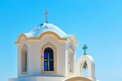 Liten grekisk kyrka med den blåa kupolen Royaltyfria Foton