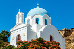 Liten grekisk kyrka med den blåa kupolen Arkivfoto
