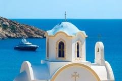 Liten grekisk kyrka med den blåa kupolen Fotografering för Bildbyråer