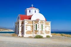 Liten grekkyrka på segla utmed kusten Royaltyfri Bild
