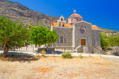 Liten grekkyrka på segla utmed kusten Royaltyfri Fotografi